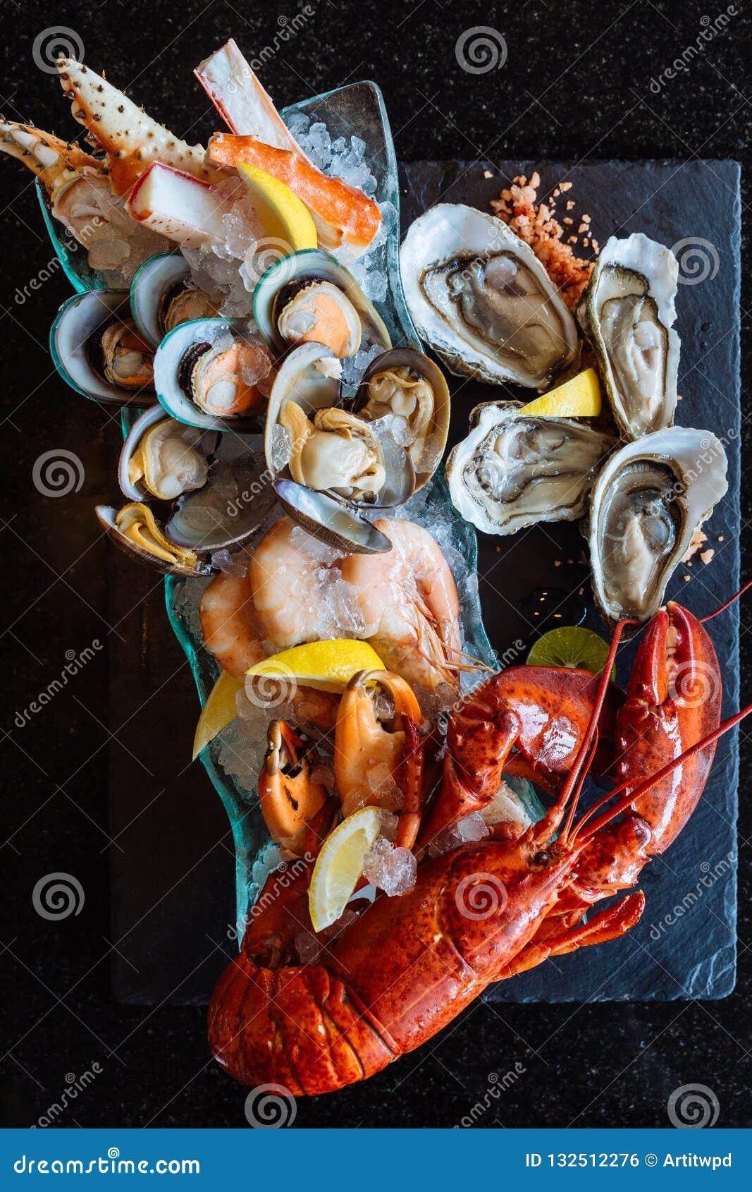 Den kokade humret, nya ostron, räkor, musslor och musslor tjänade som i svart stenplatta