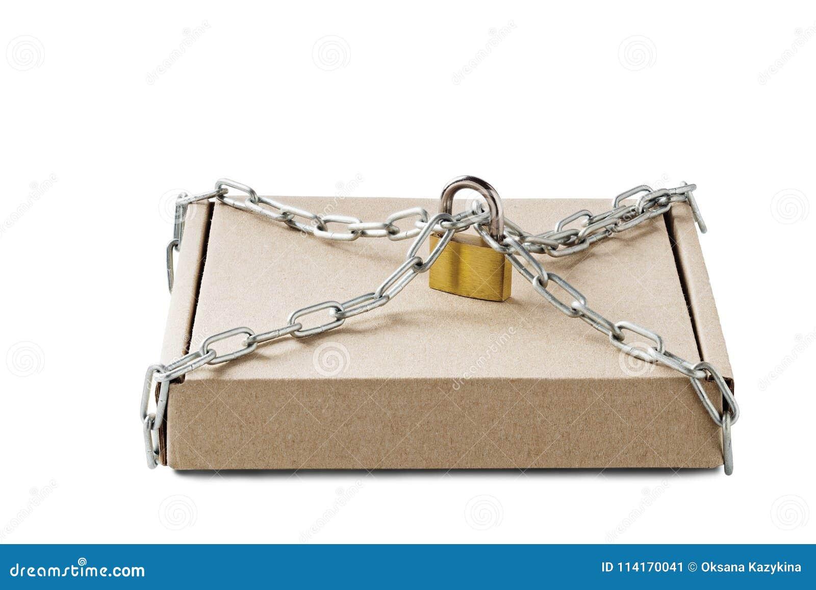 Den Kraft pappleveransen boxas och hänglåset, kedjor på isolerad vit bakgrund Modell för leveransen, stolpeservice Skydd av