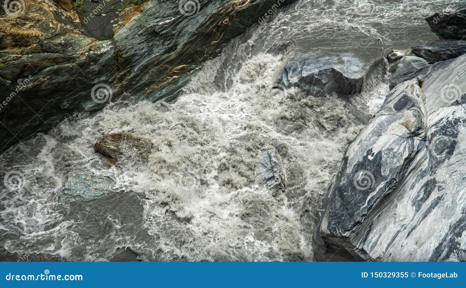 Den kraftiga strömmen av floden som flödar över marmor, vaggar på den Taroko klyftanationalparken i Taiwan