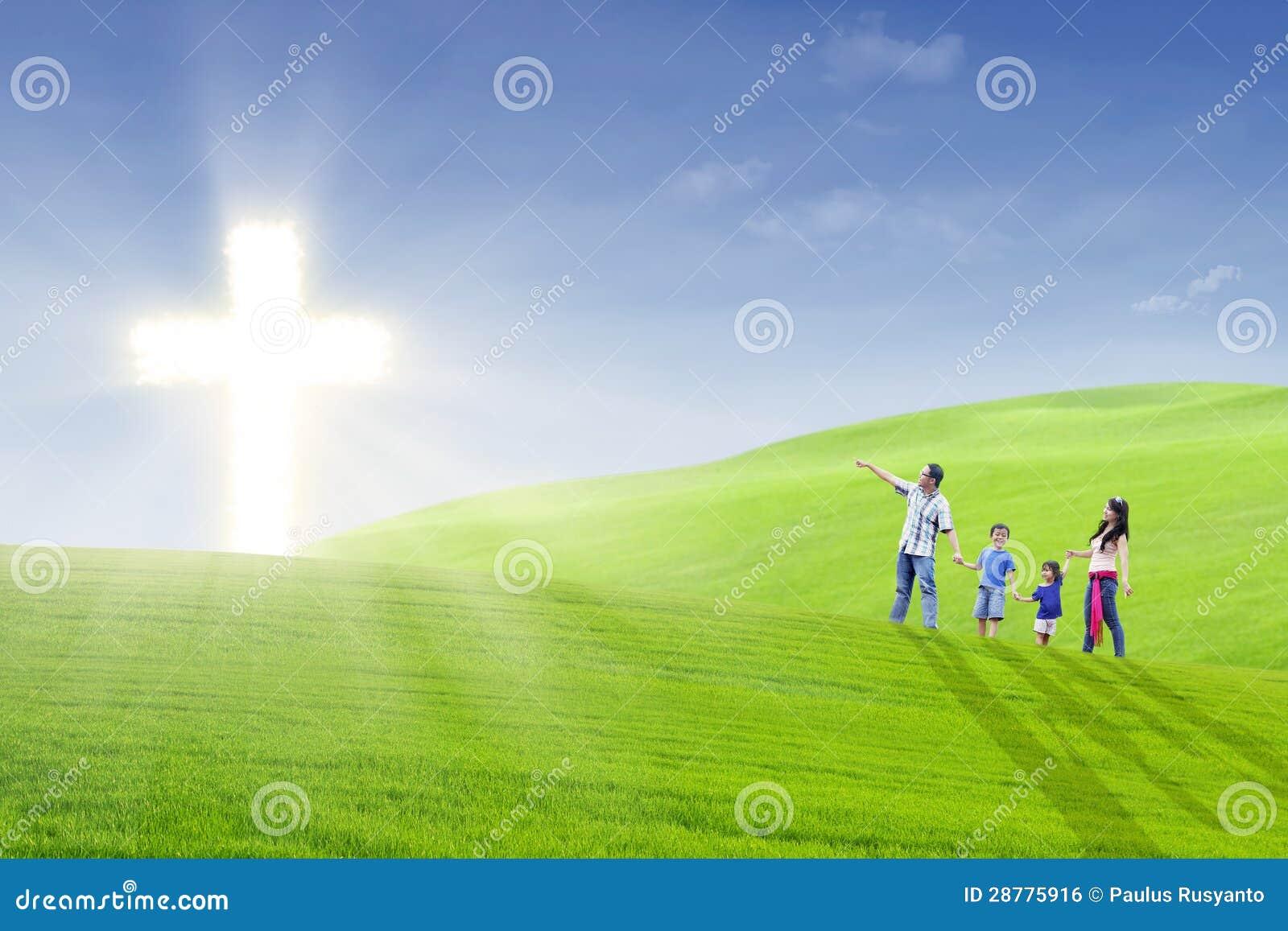 Den kristna familjen går in mot det ljust