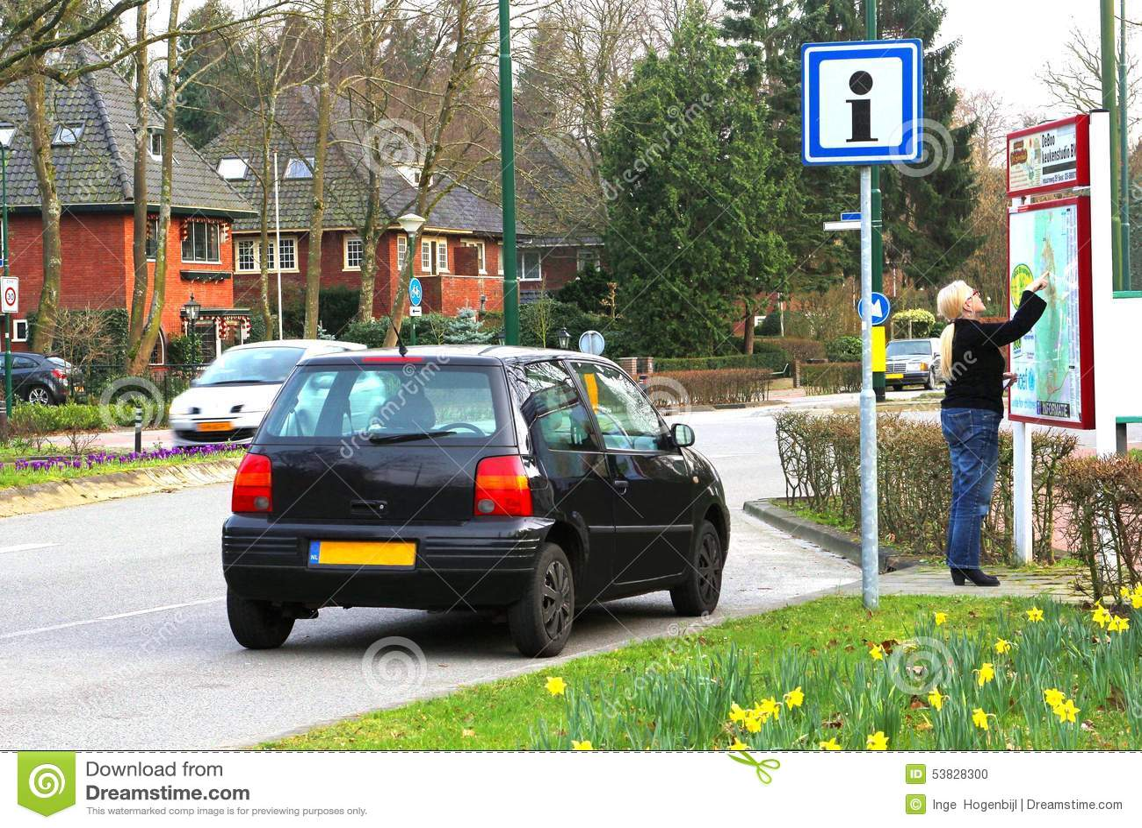Den kvinnliga chauffören är borttappad och ser en gataöversikt, Nederländerna
