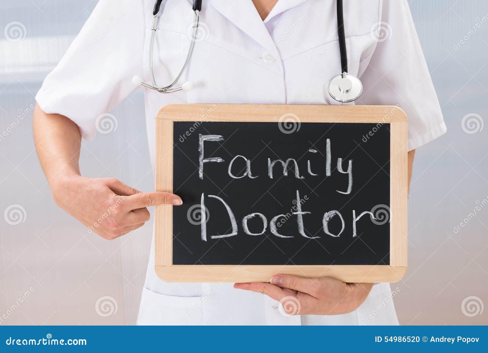 Den kvinnliga doktorn med kritiserar den svart tavlan