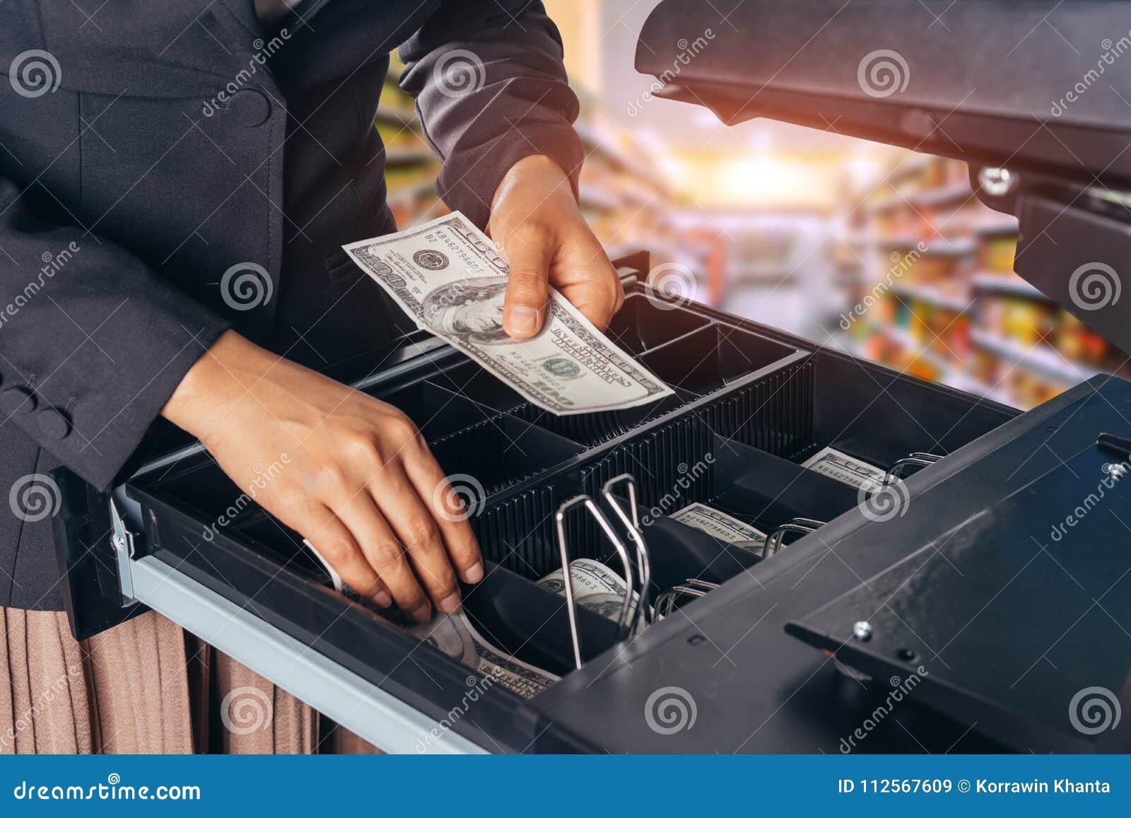 Den kvinnliga handen med pengar i supermarket shoppar amerikansk dollar US dollar