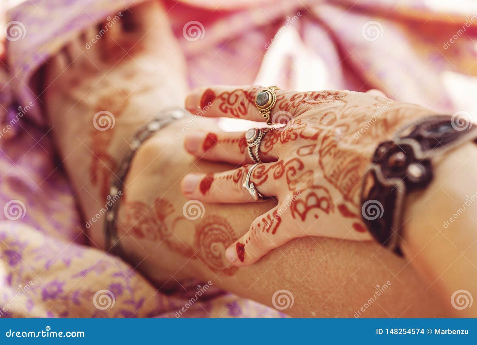 Den kvinnliga handen och lägger benen på ryggen dekorerat