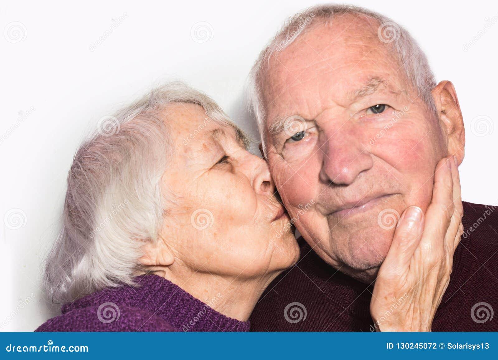 Den kyssande gamala mannen för hög kvinna