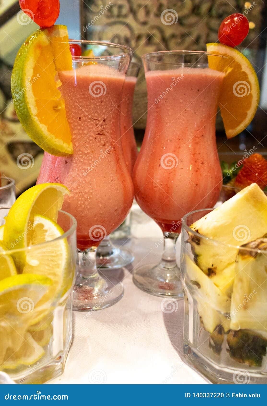 Den läckra jordgubbedrinken med kondenserat mjölkar och vodka med citron- och kasjuananaseffekter