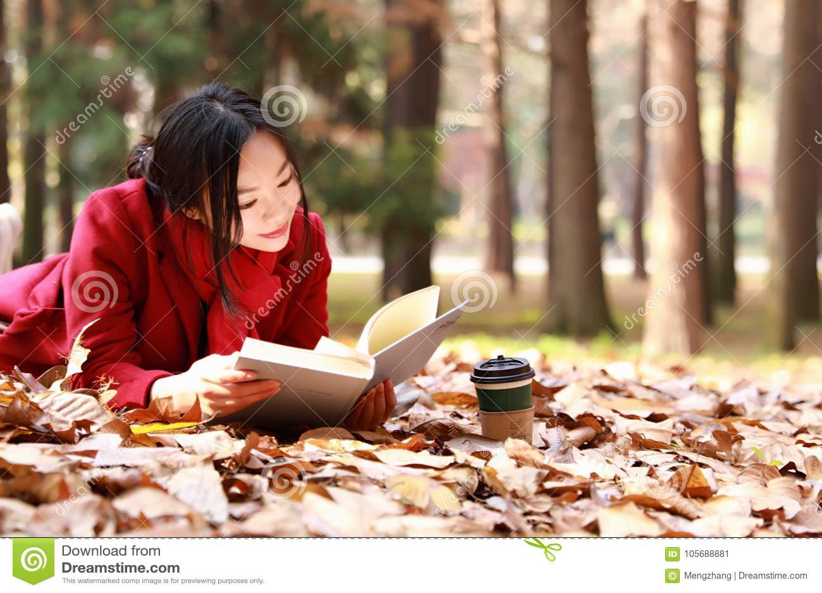 Den läs- naturen är in min hobby, flicka läste en bok på de stupade sidorna