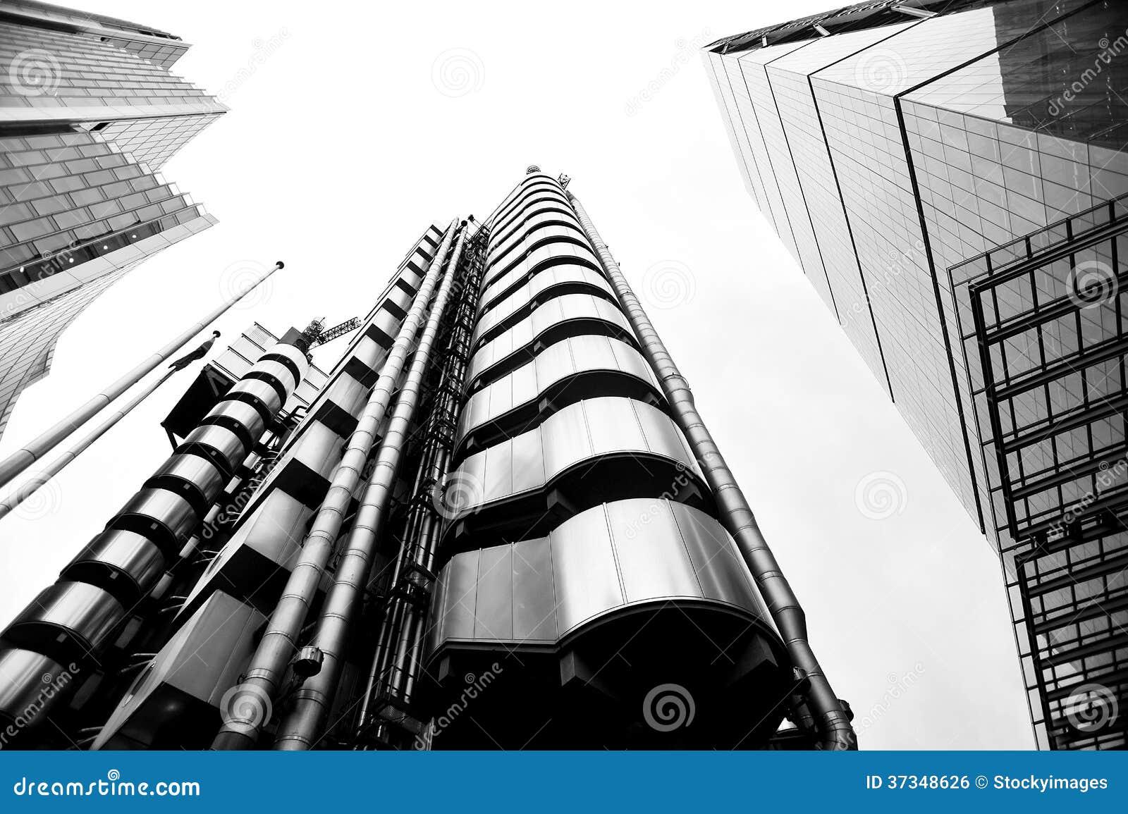Den låga vinkeln sköt av moderna glass stadsbyggnader