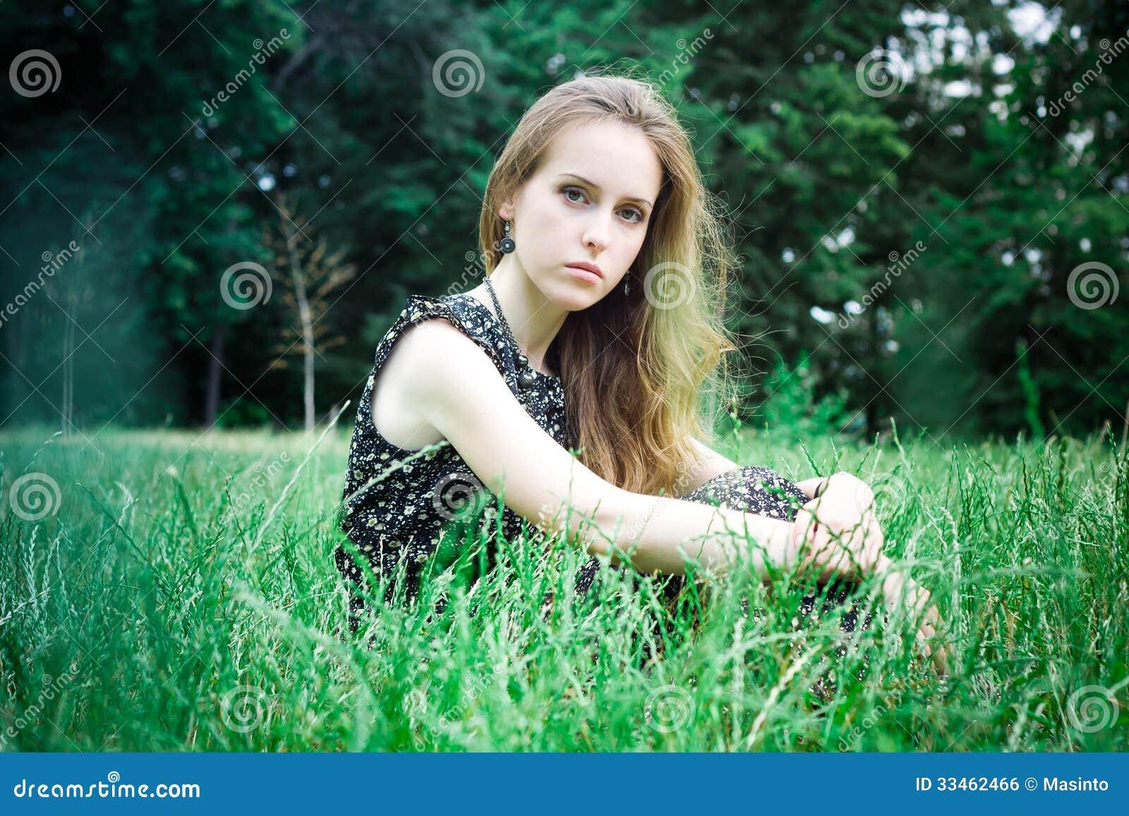 Den ledsna kvinnan ser kameran