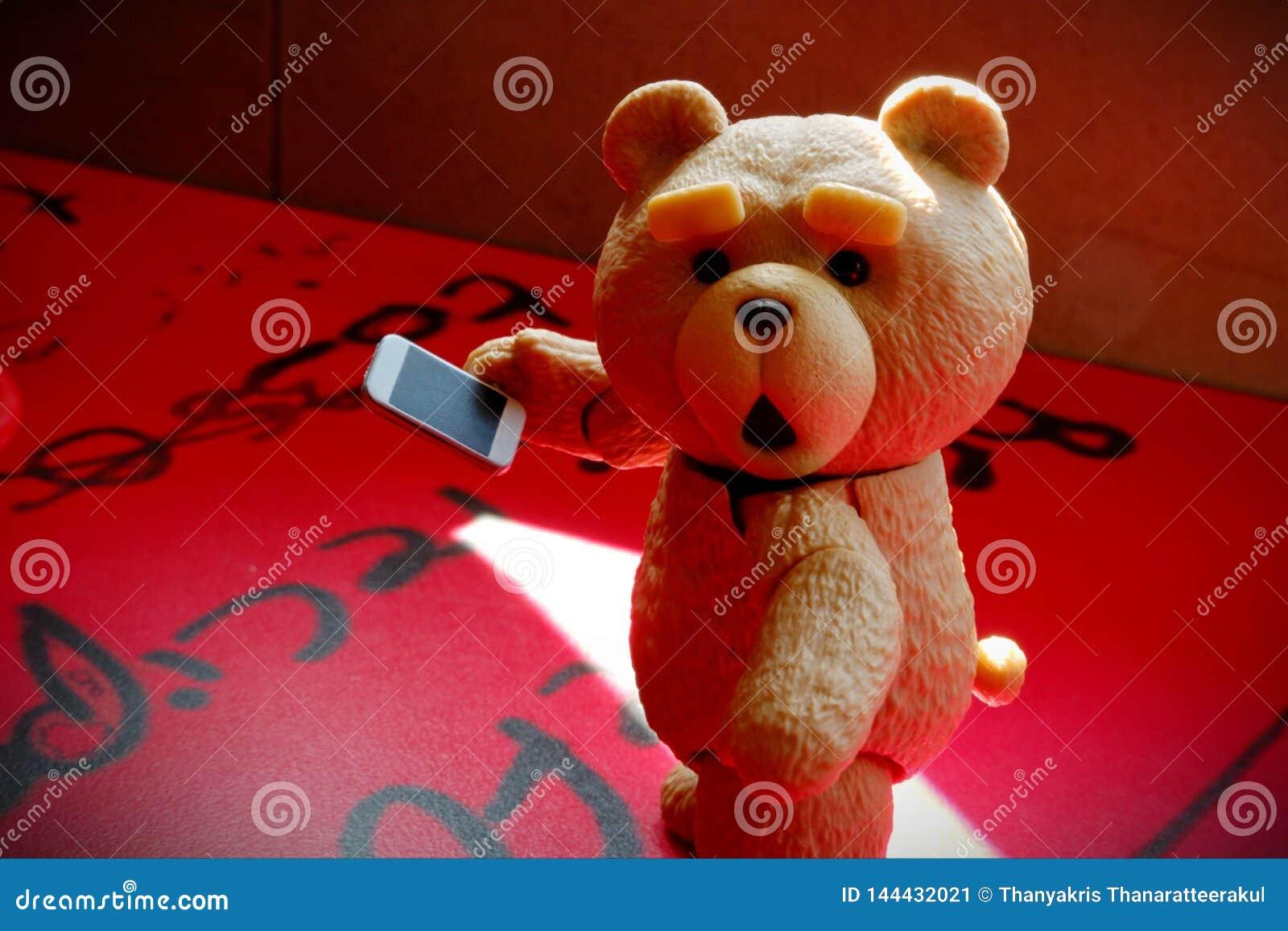 Den lilla björnen ser