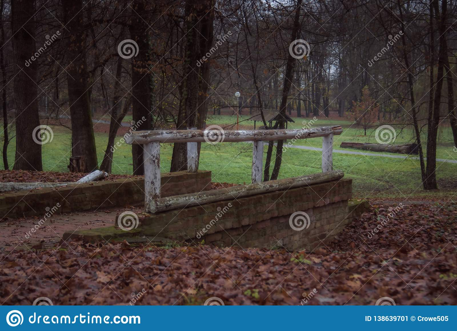 Den lilla bron i parkerar under höst