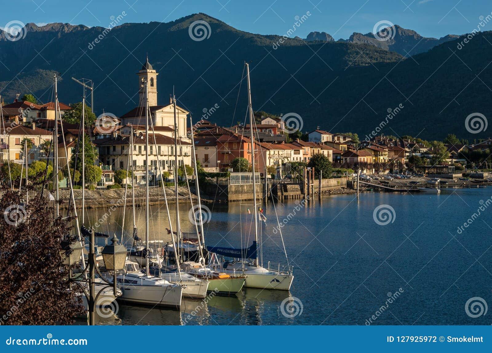 Den lilla byn av Feriolo nära Baveno som lokaliseras på sjön Maggio