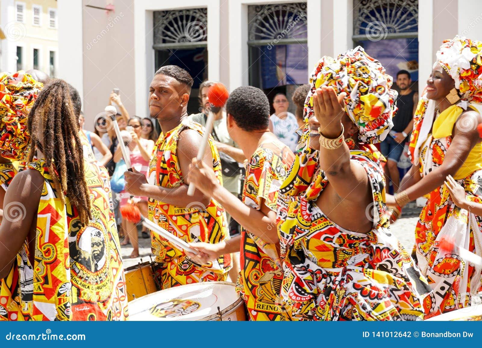 Den lilla dansaren ståtar med traditionella dräkter och instrument som firar med rumlare karnevalet, Brasilien