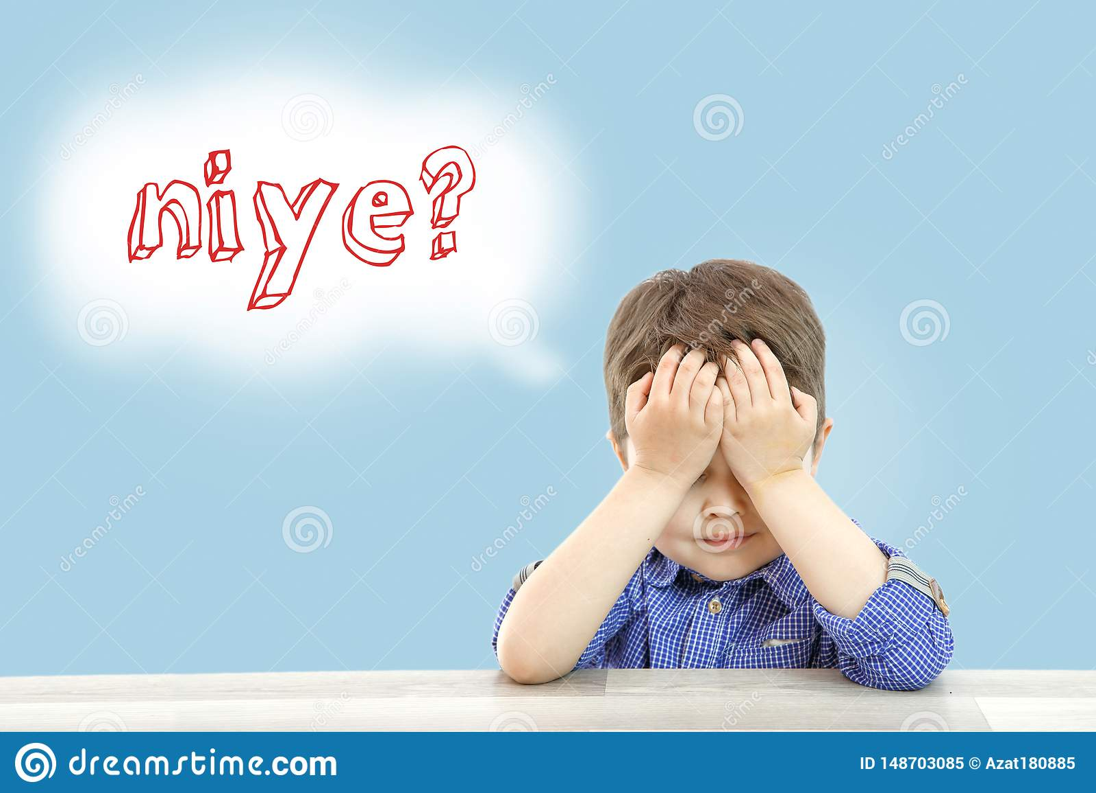Den lilla gulliga pojken sitter och frågar därför i turkiskt språk på en isolerad bakgrund