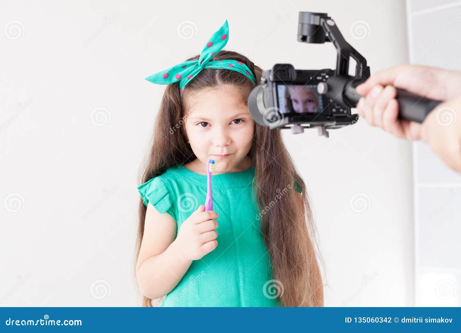 Den lilla härliga flickan gör ren tandtandborstetandläkekonst