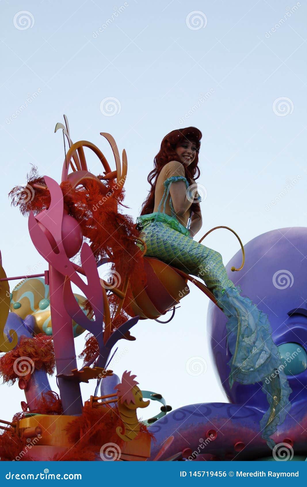 Den lilla sjöjungfrun i Disneyland ståtar