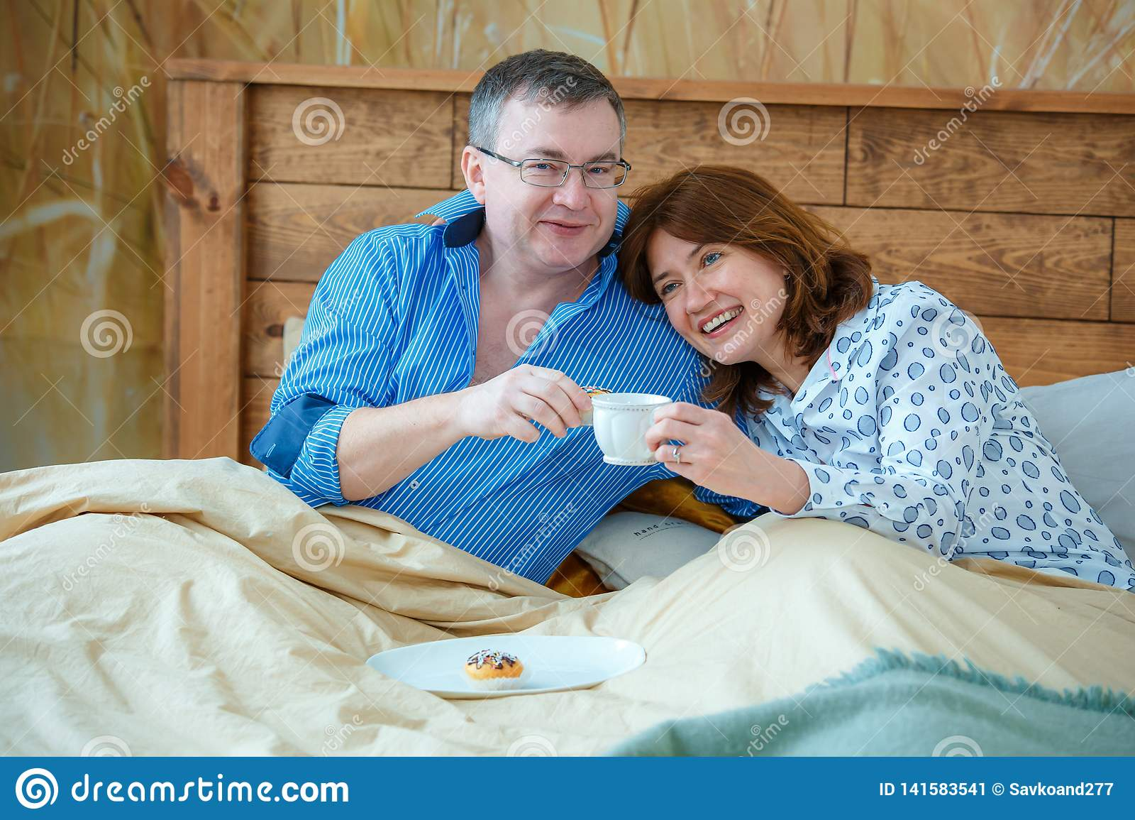 Den ljusa teaen kuper med en hoad drink Maken kom med hans frutekaffe till sängen