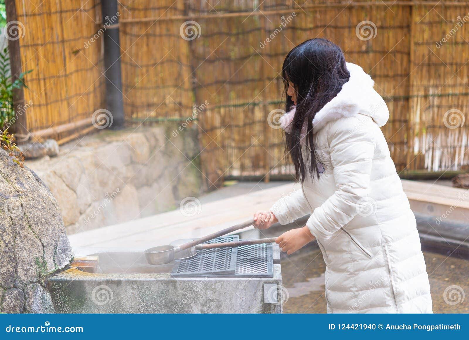 Den lyckliga asiatiska flickan onsen in