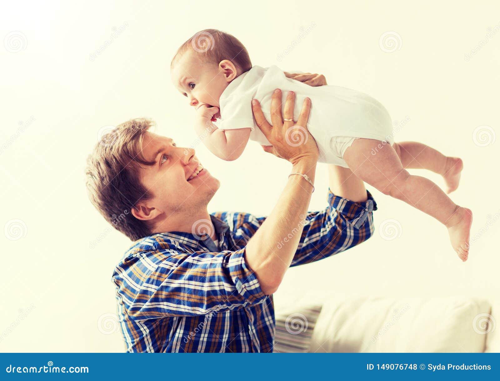Den lyckliga barnfadern som spelar med, behandla som ett barn hemma