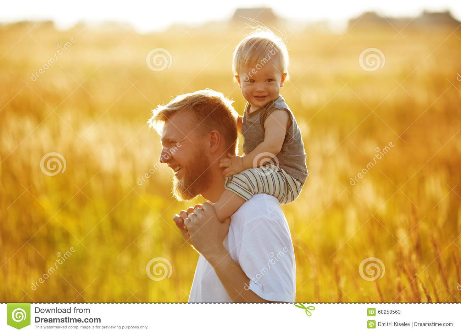 Den lyckliga fadern bär hans son