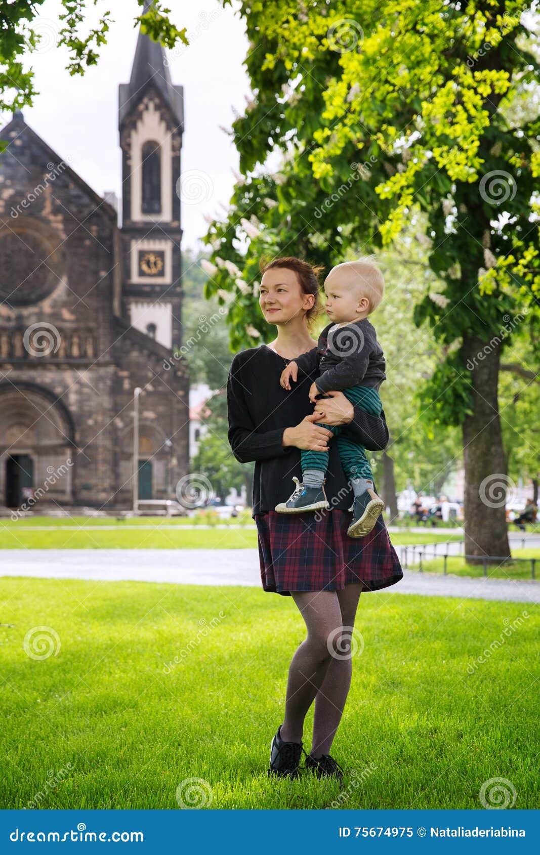 Den lyckliga familjen av turister parkerar in nära Karlinen, den Karlinske namestien, Prague