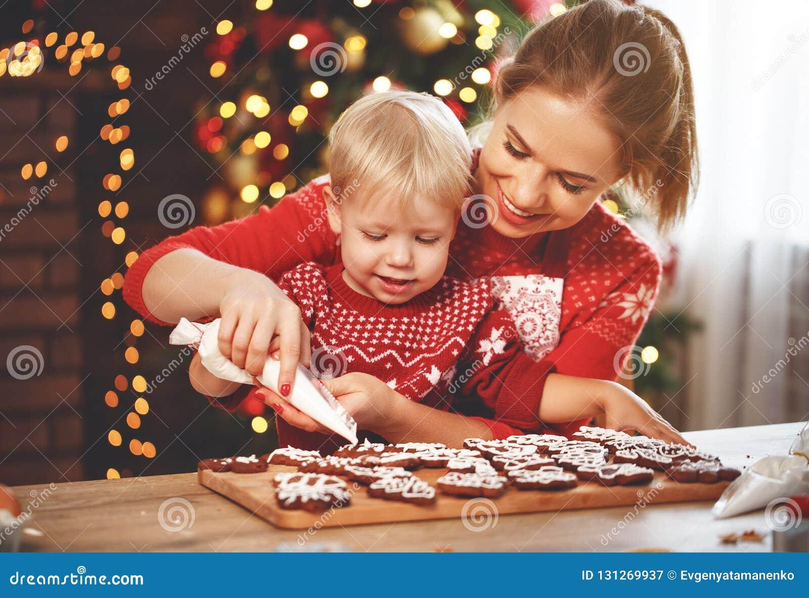 Den lyckliga familjen bakar julkakor