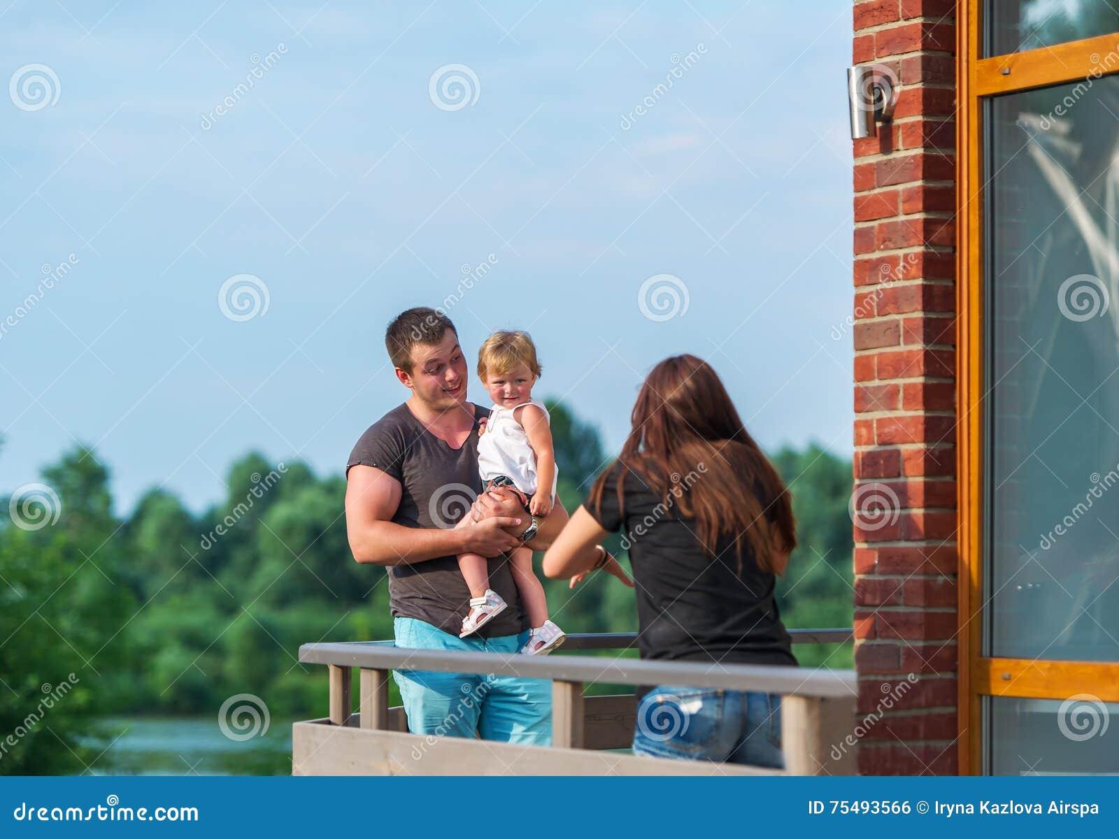 Den lyckliga familjen har en vila utomhus