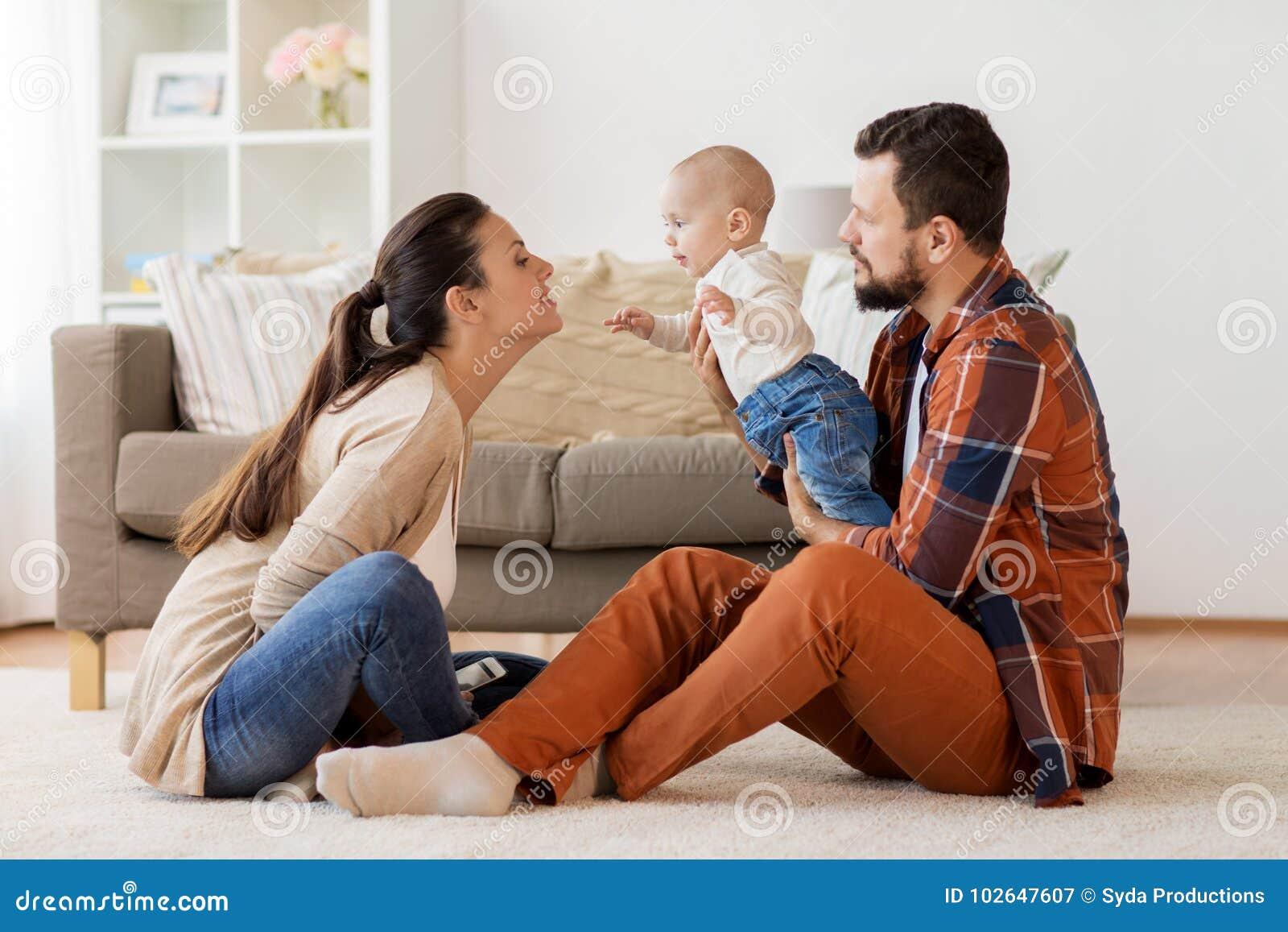 Den lyckliga familjen med behandla som ett barn ha gyckel hemma