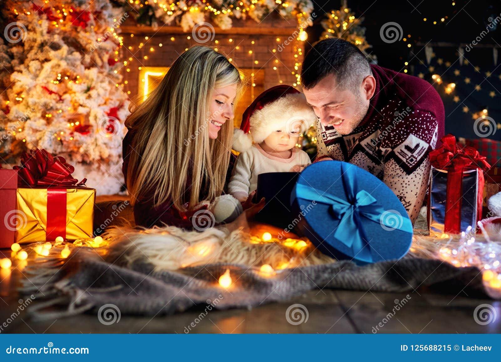 Den lyckliga familjen med en behandla som ett barn i jul hyr rum