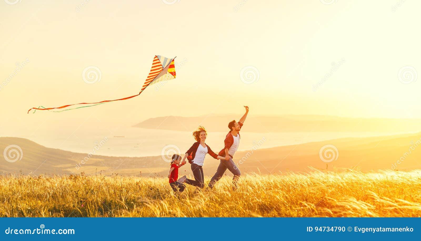 Den lyckliga familjfadern av moder- och barndottern lanserar en drakenolla