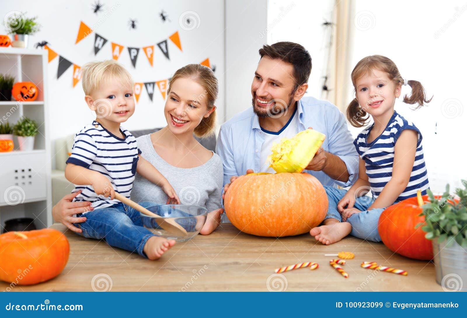 Den lyckliga familjmoderfadern och barnsnittpumpa för välsignar