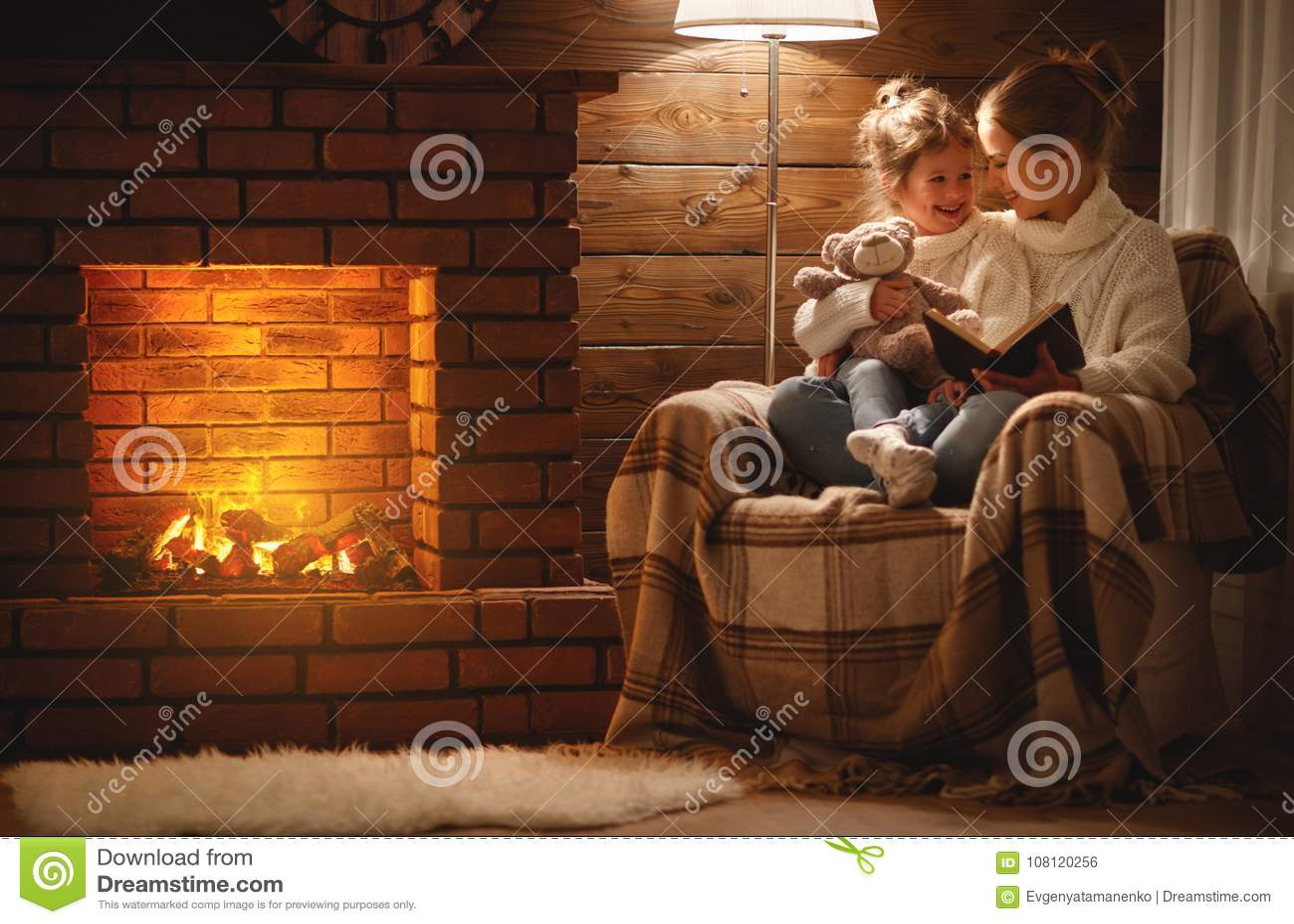 Den lyckliga familjmodern och barndottern läste boken på vintereveni