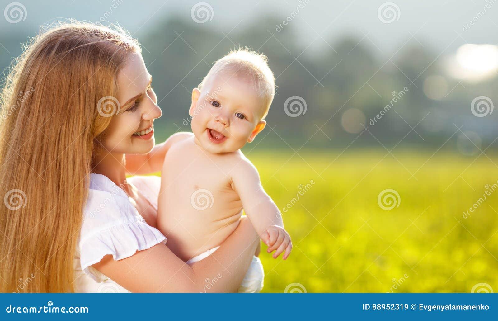 Den lyckliga familjmodern och behandla som ett barn krama naturen i sommar