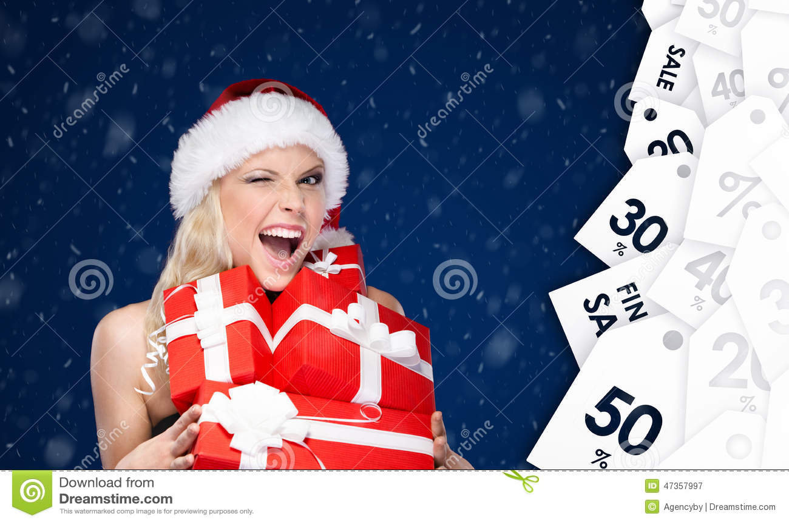 Den lyckliga kvinnan i jullock rymmer en uppsättning av gåvor