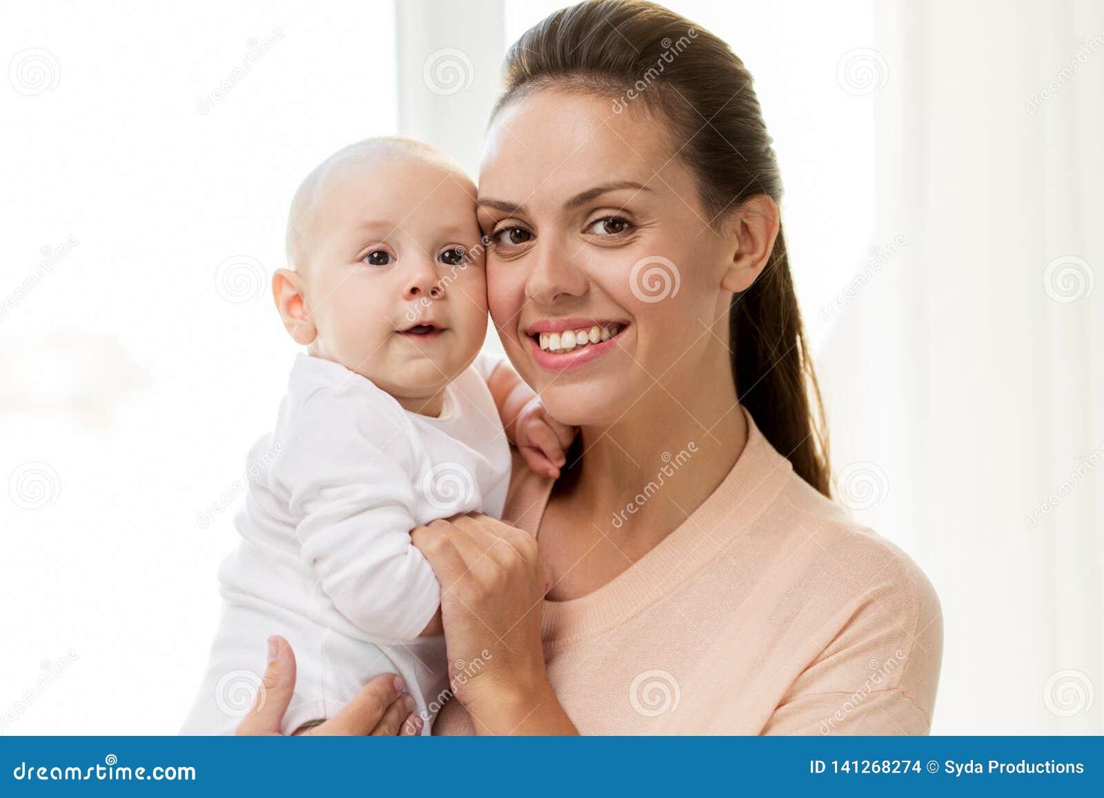 Den lyckliga modern med lite behandla som ett barn pojken hemma