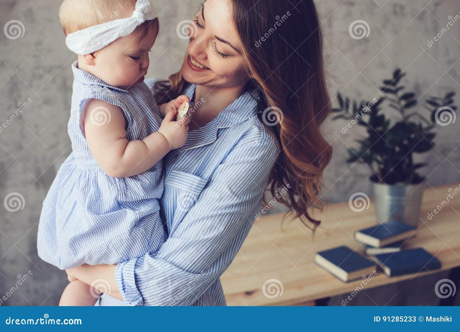 Den lyckliga modern och behandla som ett barn att spela hemma i sovrum