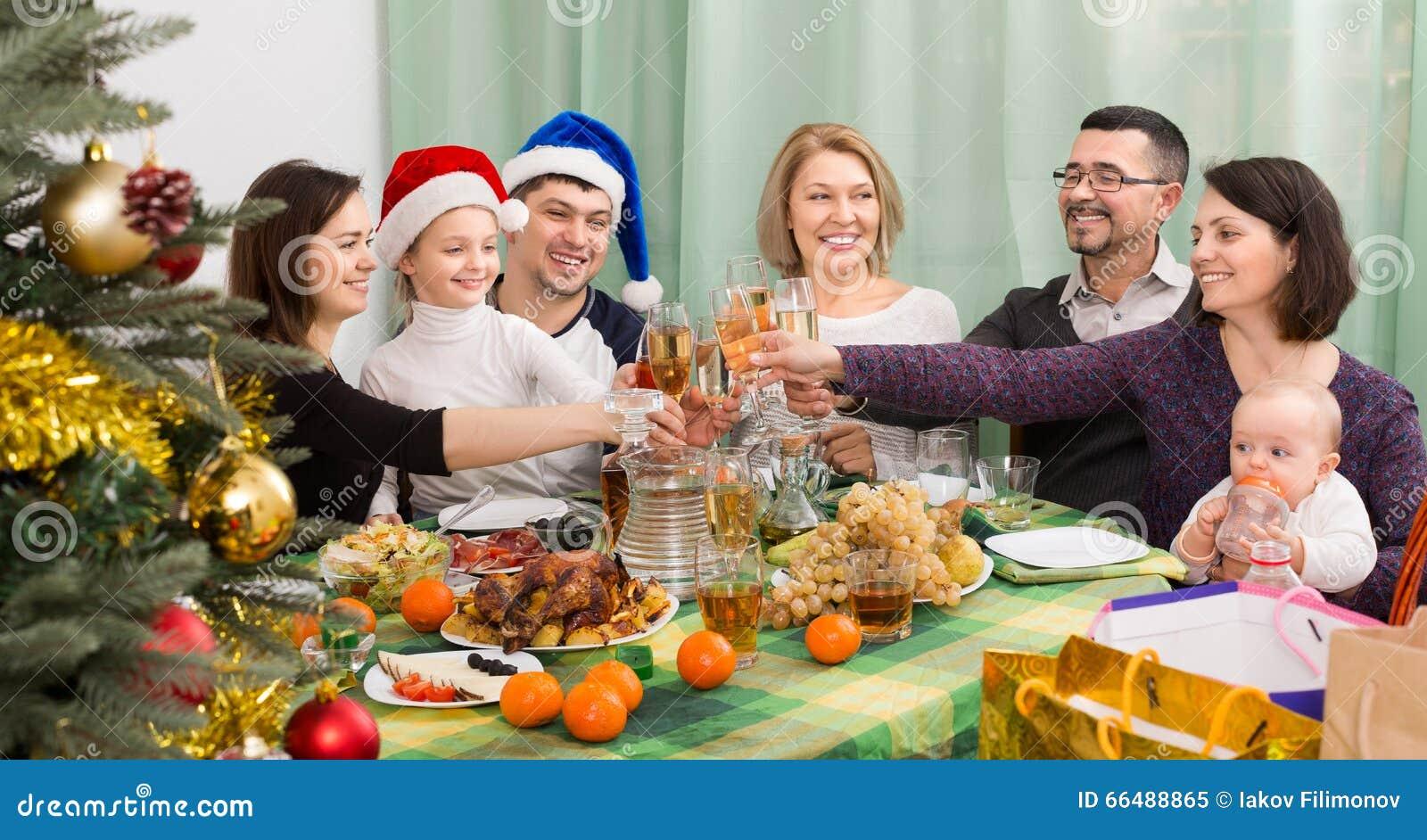 Den lyckliga och stora familjen firar jul
