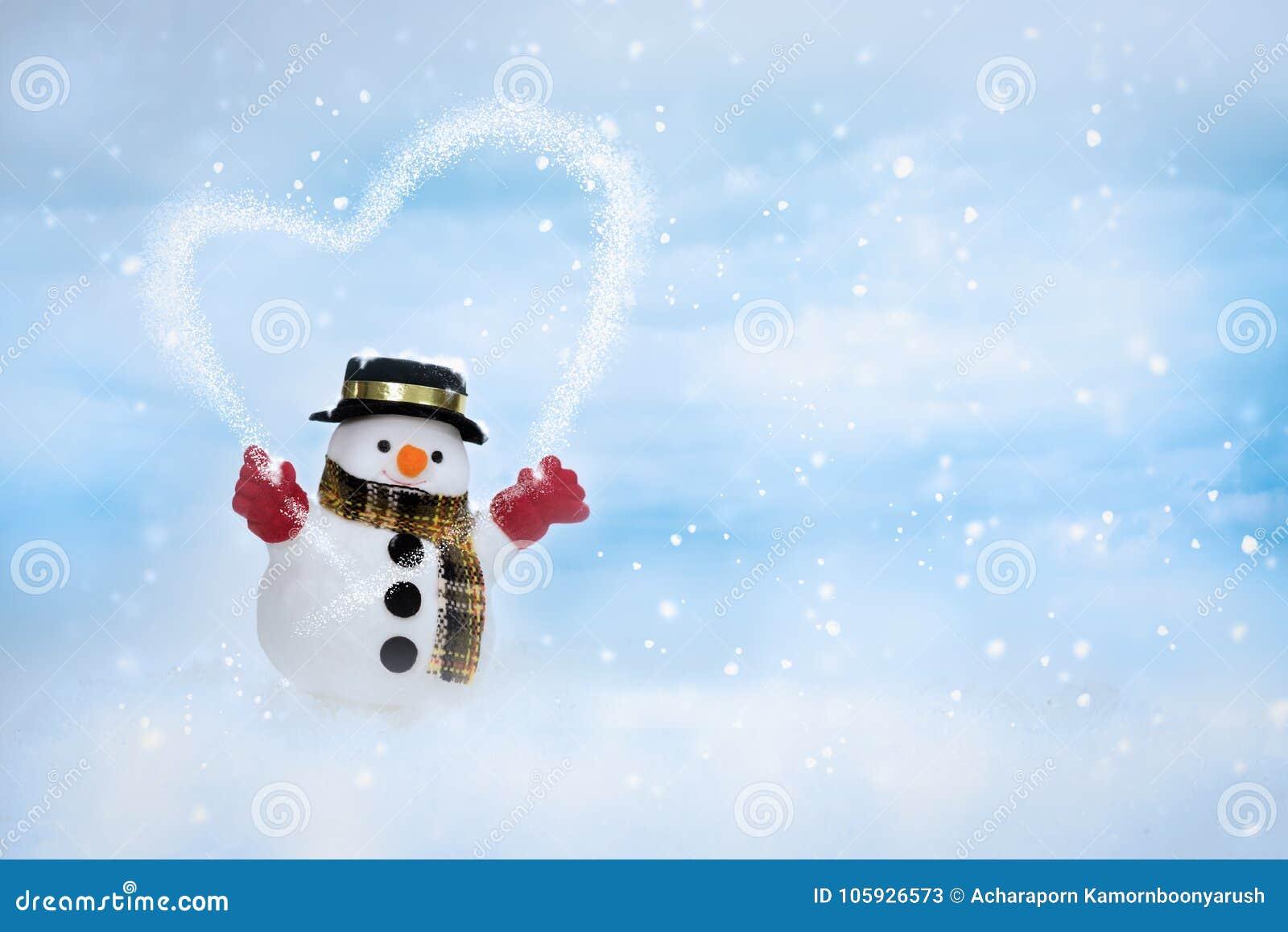 Den lyckliga snögubben står i vinterjullandskap