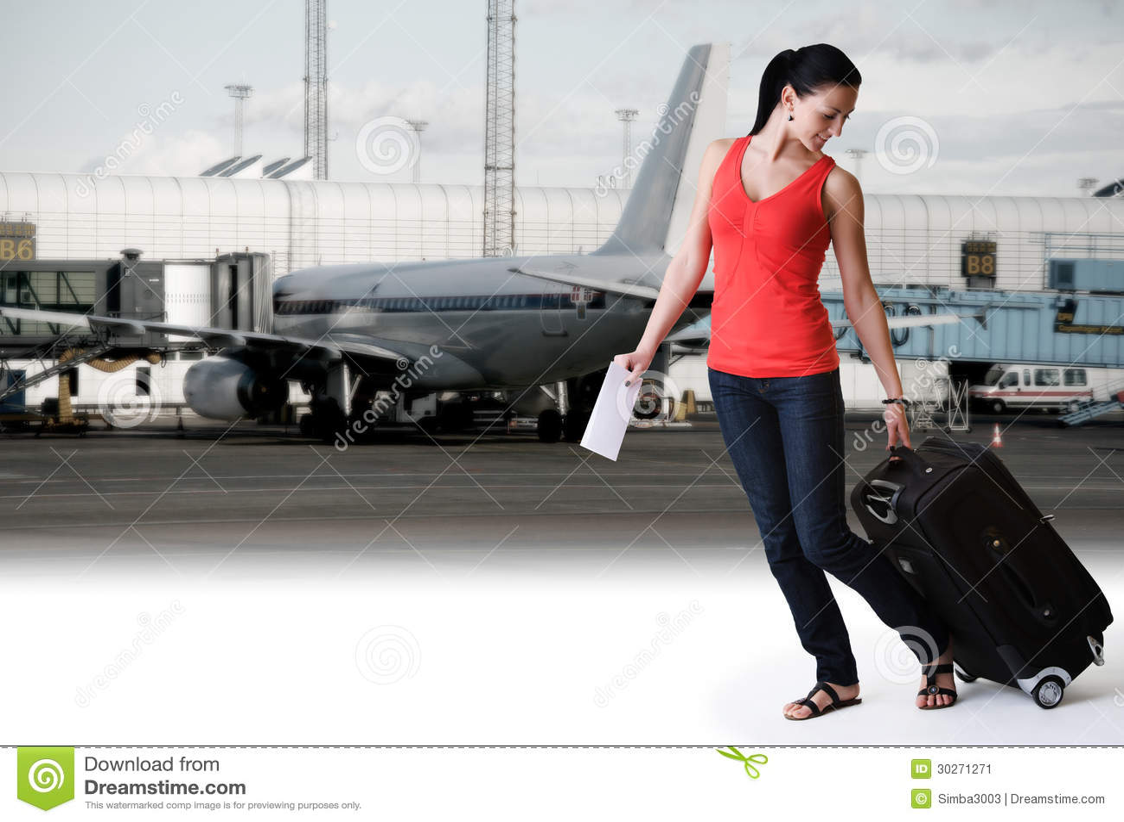Kvinnan som går i flygplats, ordnar till för att stiga ombord ett airplan