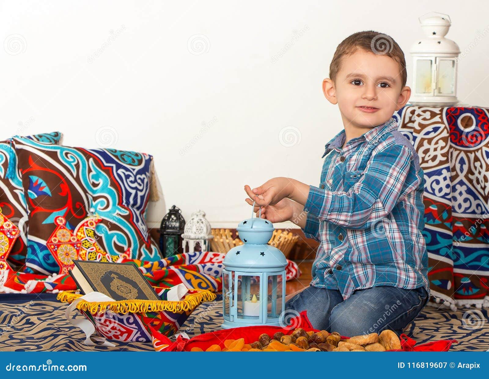 Den lyckliga unga muslimska pojken som spelar med Ramadanlyktan - ordna till för