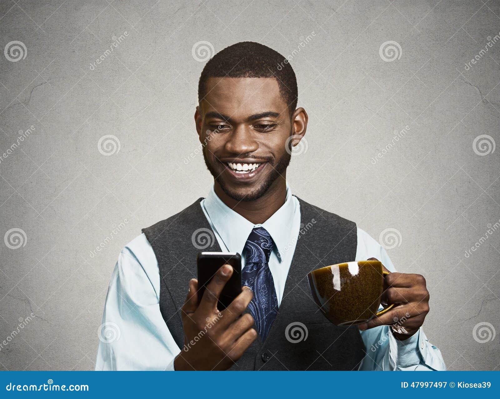 Den lyckliga utövande hållande mobilen, ilar telefonen som dricker kaffe