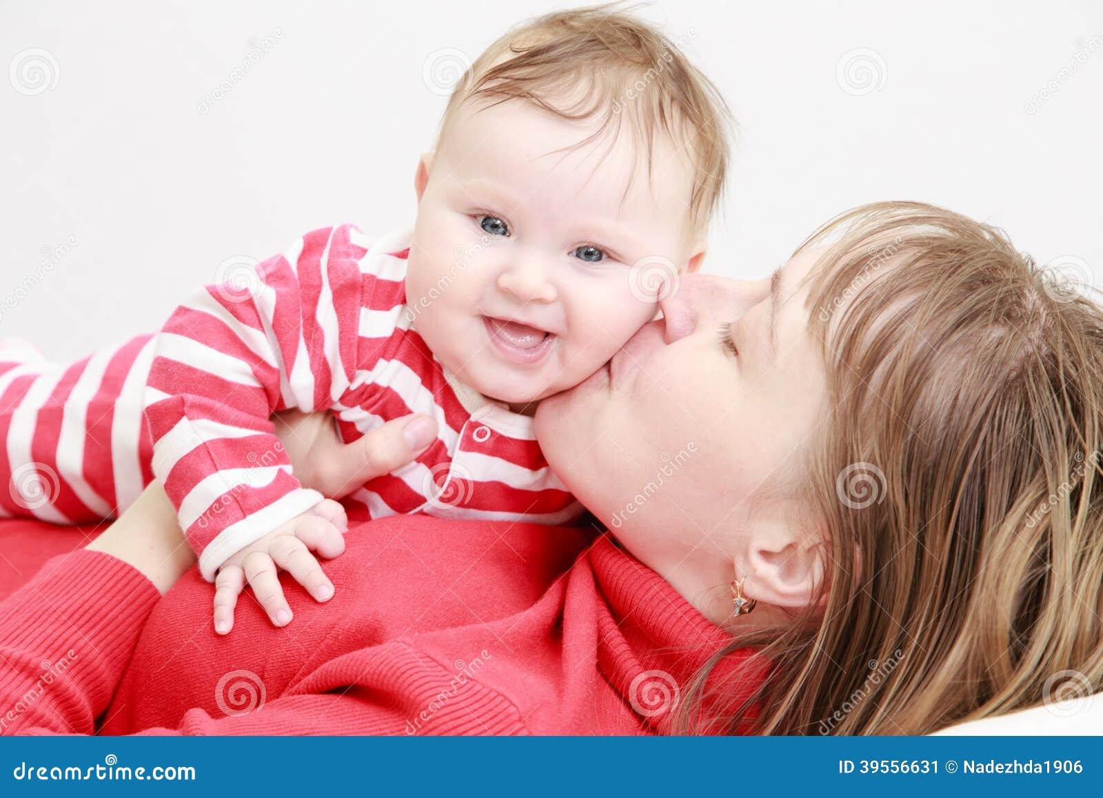 Den lyckligt modern och gulligt behandla som ett barn