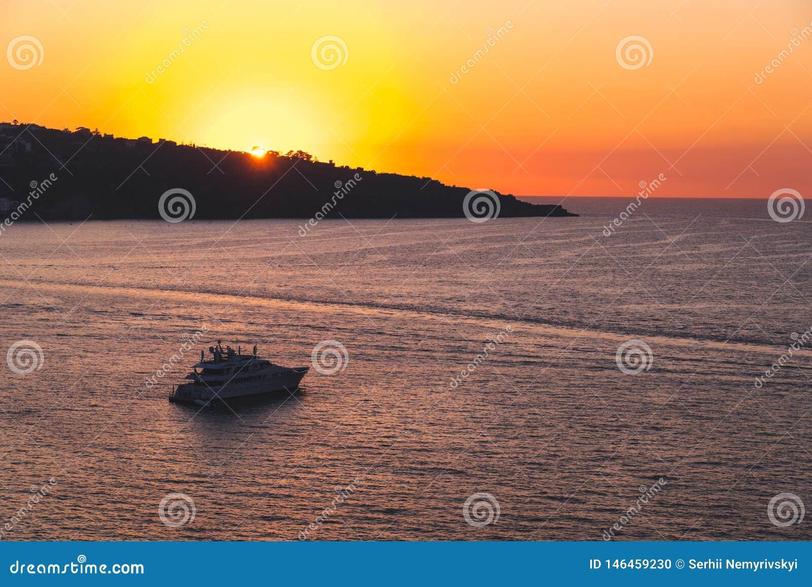 Den lyxiga seglingen f?r skeppet f?r kryssninghaveyeliner fr?n port p? soluppg?ng, solnedg?ngen, den Italien Sorrento fj?rden, lo