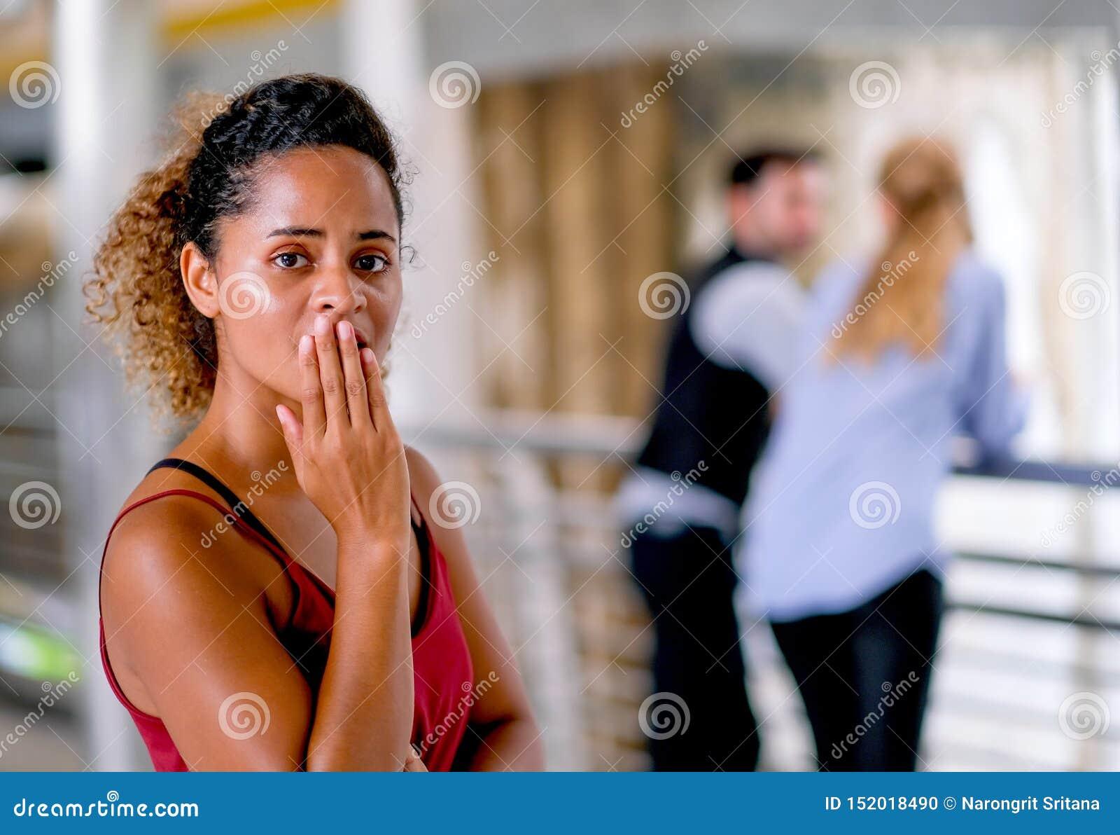 Den mörka solbrända kvinnan för det blandade loppet för hud agerar som upprivet eller olyckligt, när hon grundar hennes samtal fö