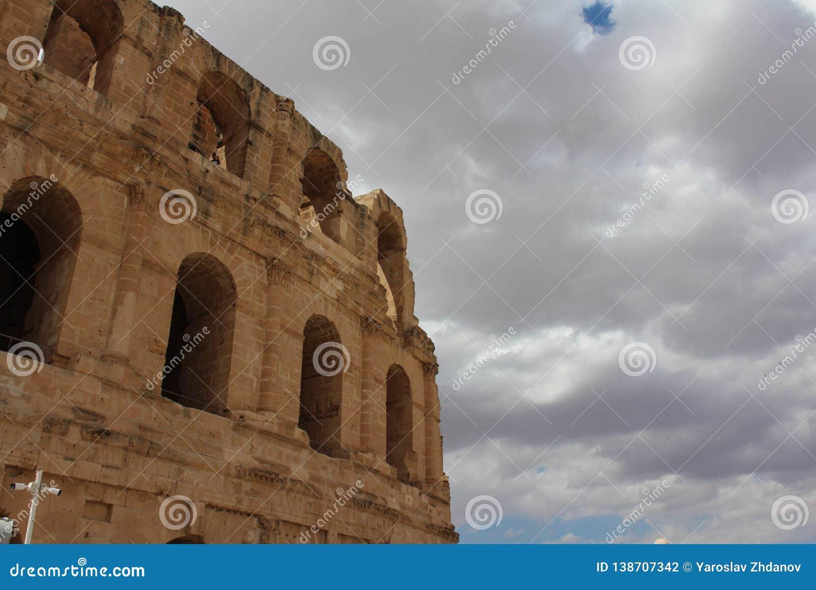 Den majestätiska Colosseumen på en bakgrund av molnig himmel