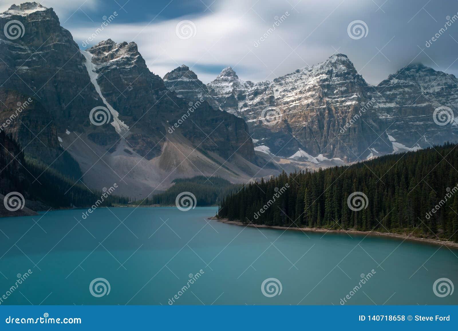 Den majestätiska och härliga morän sjön på den Banff nationalparken, Kanada