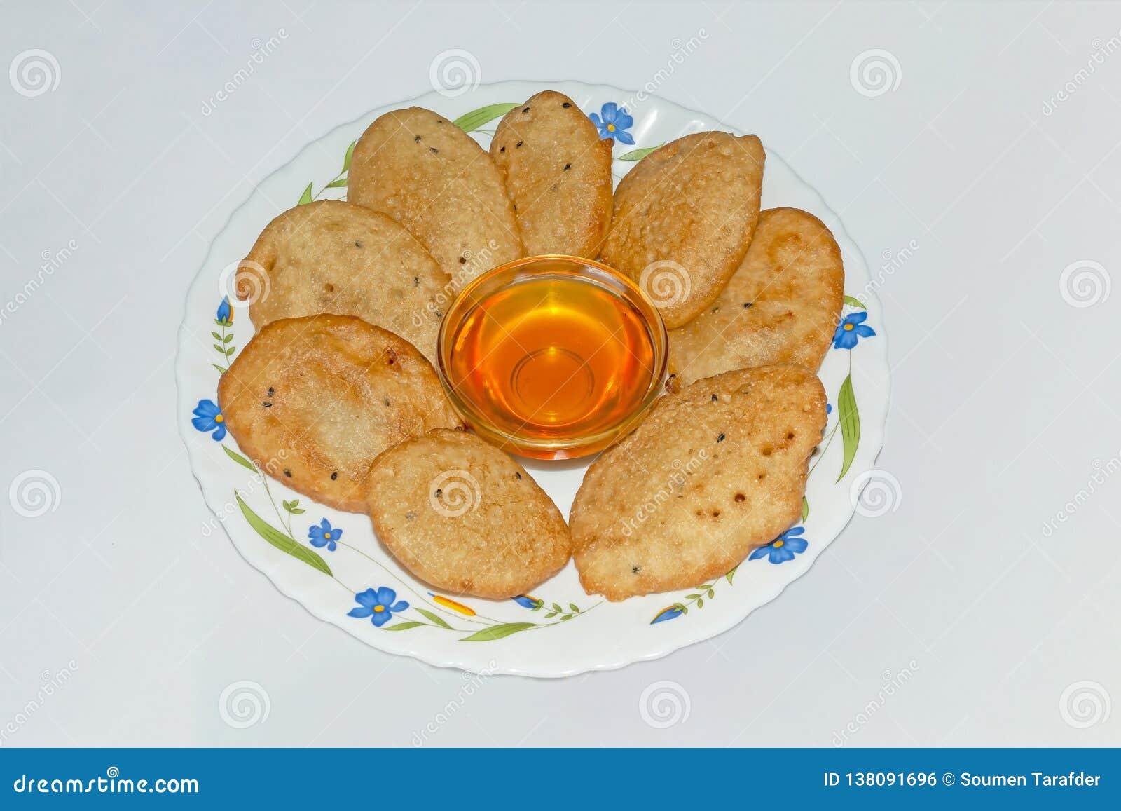 Den Malpua- tjänade som den indiska traditionella efterrätten eller pannkakan för festivaler, i platta med Jaggerysirap