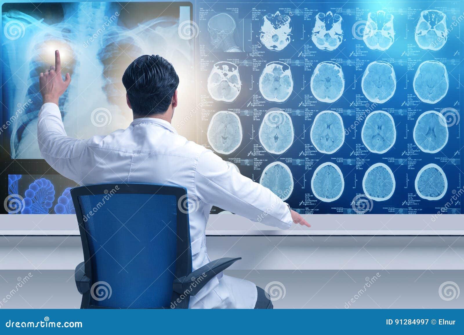 Den manliga doktorn som ser mribildläsningar