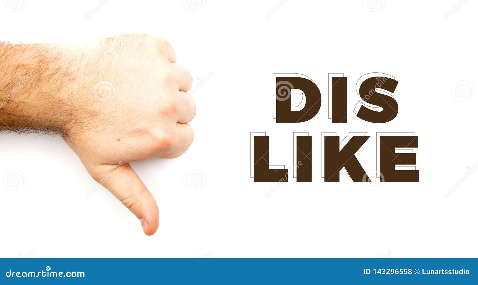 Den manliga håriga handen som visar motvilja, i motsats till, missar, ogillar tecknet, tummen ner handen med vit bakgrund och kop