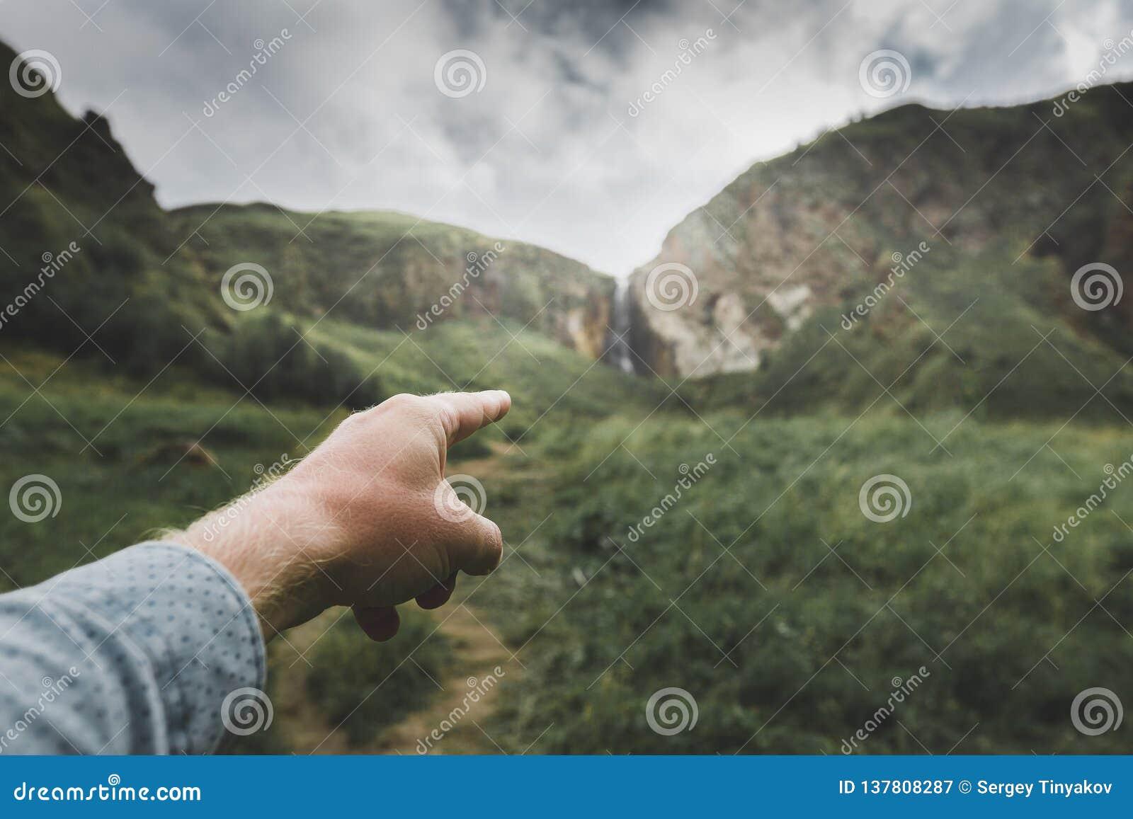 Den manliga handen indikerar riktningen av rörelse, punkt av siktsskottet Begrepp för loppaffärsföretagresa